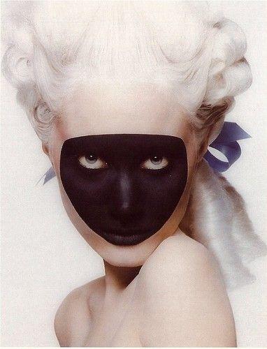 Photo de femme maquillée et coiffée à la mode baroque dont une zone du visage est maquillée de noir #black #white #makeup