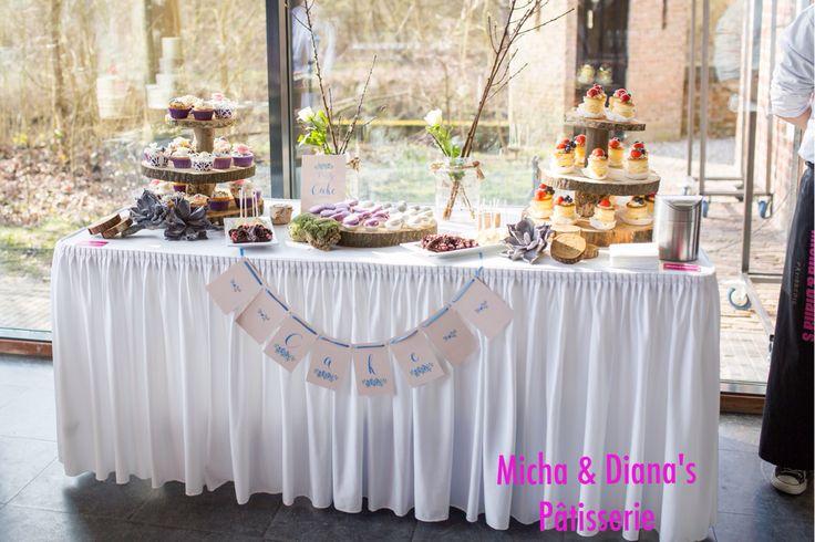 Sweet table met verschillende heerlijke en in een Stijl gedecoreerde zoete hapjes.