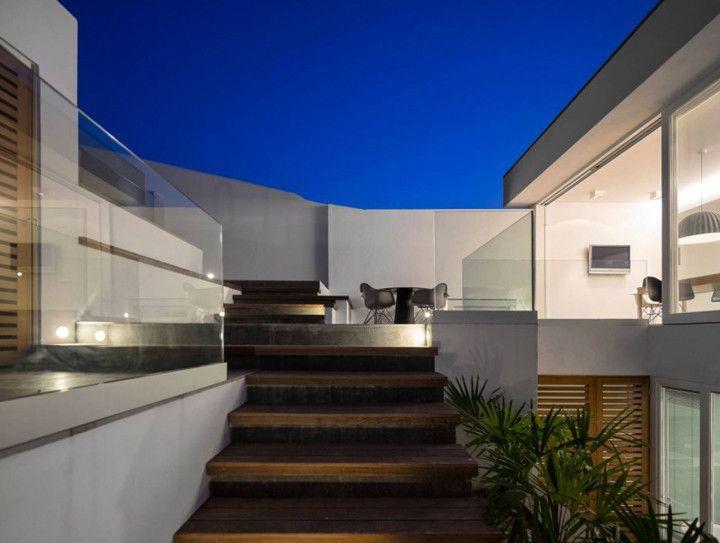 Deixe a luz entrar. A Casa 103 contrasta o design moderno com uma vila pesqueira em Portugal, recebendo muita luminosidade através de suas paredes envidraçadas. ...