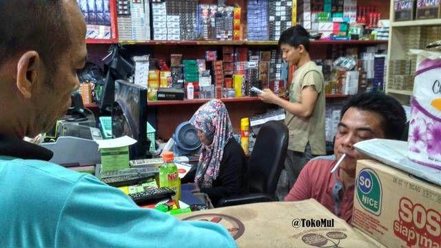 Pak Mul Pemilik Toko MUL (Murah Unggul Laris) di Jambi, dibantu oleh Istri dan Para Karyawan sedang melayani pembeli di toko