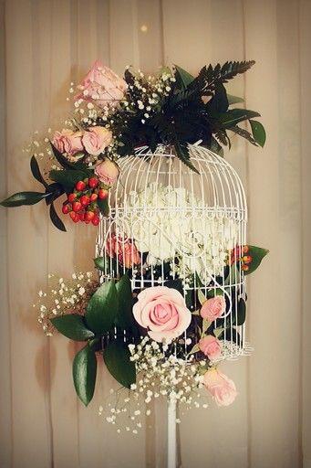 Jaula vintage con hortensias y rosas