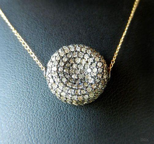 Pendente rotondo con diamantini.