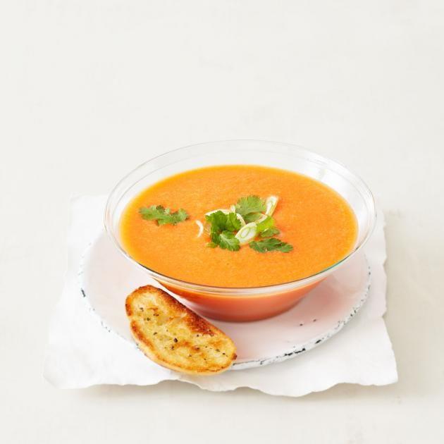 Kalte Suppe mit Wassermelone, verfeinert mit Koriander und Lauchzwiebeln.