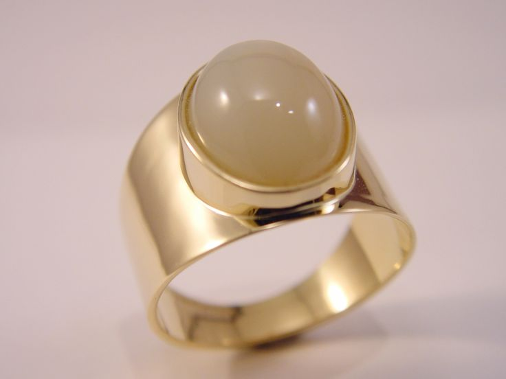 Ring met maansteen zo vindt u er maar één. Dus ras naar Edelsmid Ton van den Hout daar ligt deze ring gemaakt in goud.  www.tonvandenhout.nl  ring gold moonstone handmade goldsmith jewel jewelry