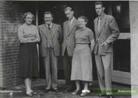 Onderwijzend personeel O.L. school v.l.n.r. mej. A.v.Hinten, hoofdonderwijzer G.Reinders, dhr. C.Voorthuizen, mej. C.v.d.Sluis en dhr. Oosting. Dateringca.1954. Nummer0690-Gr_Bu_218