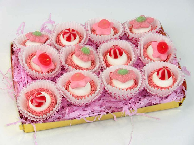 Cupcakes to share on your birthday! DIY with cupcake cups, marshmallow, sour strawberry stripe and a candy on top.