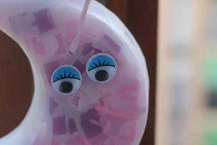 https://flic.kr/p/MoEtB8 | MEDIALUNA QUE PARECE DE MÁRMOL PARA COLGARLA – HECHA DE CERA | Medialuna hecha de cera, que parece de mármol. Sus colores son: violeta, rosa y blanco. Con aceite 100% natural de menta. Decorada con el nombre de la niña escrito en 3D a mano alzada, una cinta rosa y dos ojos de plástico que se mueven. Tamaño: 110 x 55 mm.  Artesanal.  También en:  www.ilmiomondoincera.com