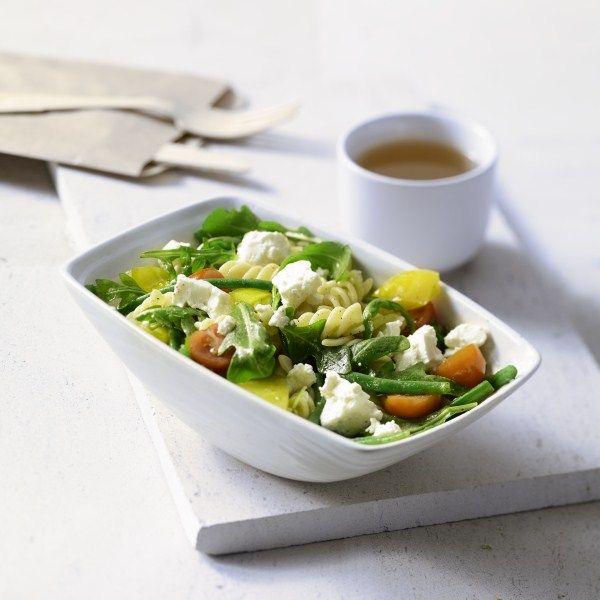 Een heerlijk gerecht voor het voorjaar: Pastasalade met feta en boontjes. #WeightWatchers #WWrecept