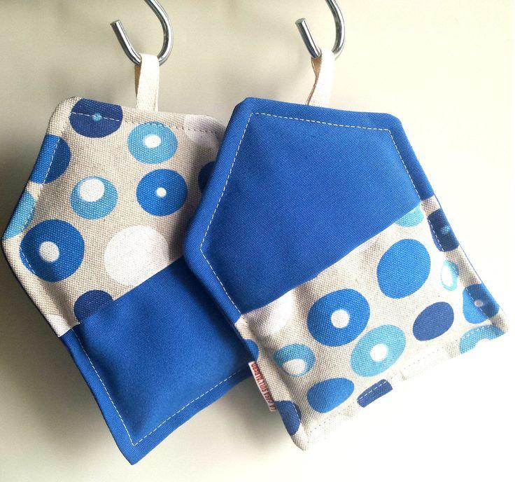 """Coppia di presine """"Sweet Home"""" in tessuto bolle, colore blu di persia, con tasca per una presa sicura e protetta. Fatto a mano. di LaCasaSullAlberoLab su Etsy"""