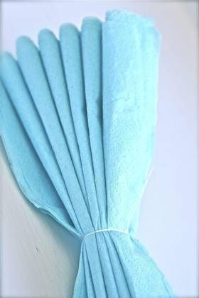 Trinn 3: Brett serviettene som en vifte, og knyt en snor i midten. Snoren skal også brukes til oppheng, så den bør ha litt lengde.