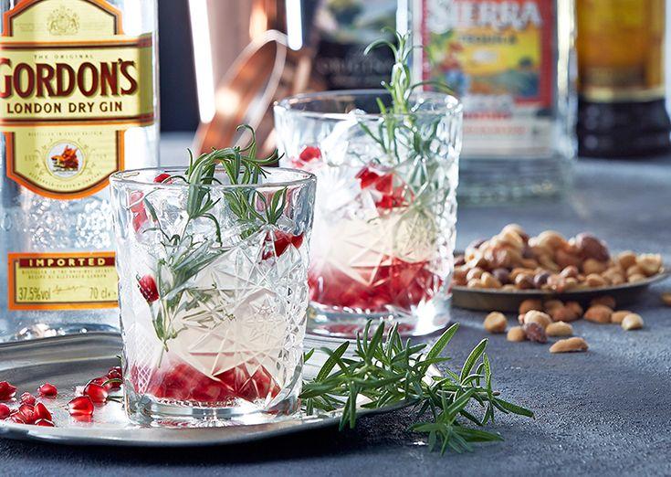 Drink med granatæble, rosmarin, lime og gin
