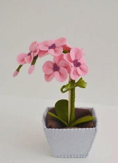 Orquídea em feltro pode ser mais interessante do que você imagina (Foto: artesdaemanuella.blogspot.com.br)