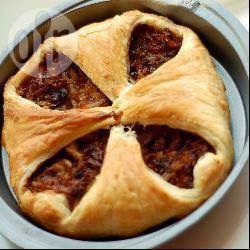 Een recept uit Rusland. Een eenvoudige hartige taart gemaakt met bladerdeeg, gebakken kool en kaas.
