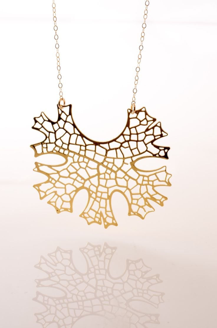 Folium inspired design, and printed in 3D, this necklace looks simple, yet so elegant, your friends will be asking where you bought it! - 24kt gold plated stainless steel - 3D printed
