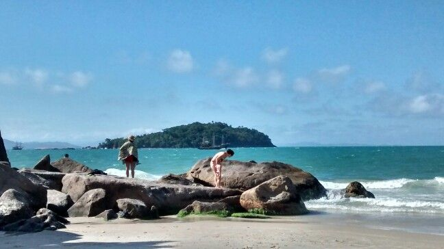 Summer scene in Canasvieiras: little girl beholding the sea for the first time #florianopolis #motog