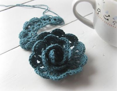Tutorial for a crocheted rose.Crochet Flowers, Crochet Flower Pattern, Flower Tutorials, Creaties Vans, Blue Rose, Rose Tutorials, Crochet Flower Tutorial, Crochet Pattern, Crochet Roses