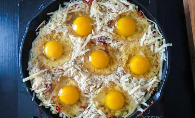 Γέμισε ένα Ταψί με Τριμμένο Τυρί και από πάνω έριξε 7 Αυγά. Μόλις το Βγάλει από το Φούρνο, θα σας Τρέχουν τα Σάλια! – ΕΝΤΥΠΩΣΙΑΚΟ