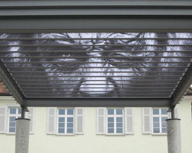 La street art raggiunge gli angoli più ''scomodi'' della città. Ringhiere, tettoie e cancellate sono i luoghi preferiti del duo Zebrating per realizzare i graffiti a scomparsa che ingannano l'occhio. Il disegno si rivela a seconda della prospettiva: così, può capitare di