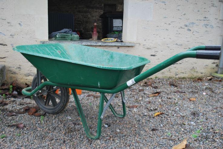 Brouette en métal. location brouette en métal à louer à Vauchrétien (49320) près de Angers_www.placedelaloc.com