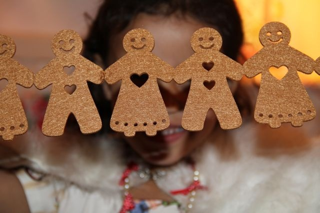 Gorgeous gingerbread men all in a row and if you look very carefully, Alice's eye is peaking through the heart of one !