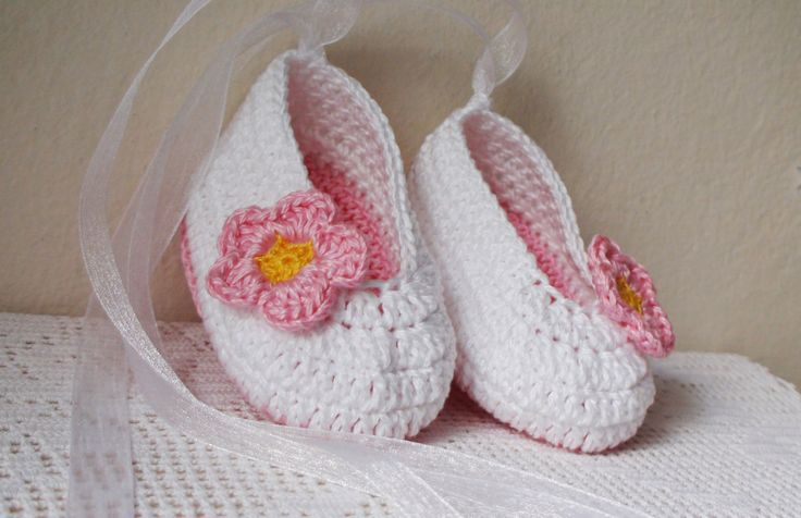 White Fuchsia crochet Baby shoes, Crochet Baby Girl Booties, Crib shoes, Baby Girl Booties, Baby Shower Gift, White Baby shoes whith flower by HelenKurtidu on Etsy