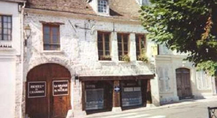 Hôtel Saint Nicolas Chaumont-en-Vexin La Grange Saint Nicolas offers free Wi-Fi and free on-site parking. This charming hotel is housed in a former post house and provides simple, but elegant, accommodation and a warm welcome.