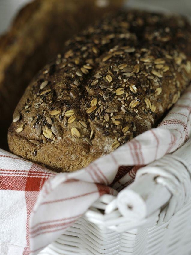 Surdegsbröd är nyttigare än klassiska mjölbröd, och det smakar så mycket mer! Detta recept räcker till 2 härligt smakrika limpor av surdeg.