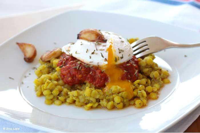 Lentejas+peladas+con+tomate+y+huevos+escalfados