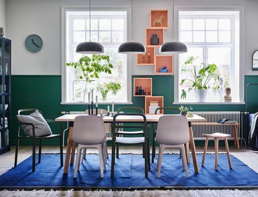 그린 색상의 YPPERLIG/위펠리그 적층식 의자와 너도밤나무 소재의 YPPERLIG/위펠리그 스툴, 화이트/베이지 ODGER/오드게르 의자를 믹스 매치하여 편안한 분위기의 다이닝 공간을 만들었어요. 그린과 화이트 벽이 분위기를 한층 더해줍니다.