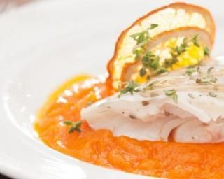 NB DE PERSONNES : 2 2 dos de cabillaud (ou autre poisson blanc) 2 oranges bio huile d'olive sel, poivre PRÉPARATION : 15 MIN CUISSON : 35 MIN Préchauffé le four à 180° (th.6) Couper une des oranges et presser ces deux moitiés pour en extraire le jus....