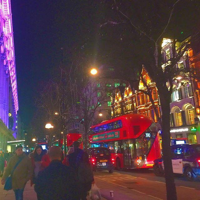 Instagram【tatsuyakinko】さんの写真をピンしています。 《2年ぶりにロンドンに来ています🇬🇧 寒いかと思いきや、東京の方が全然寒い〜〜❄️😵❄️ #ロンドン #オックスフォードストリート #セルフリッジ #イギリス #2階建てバス #二階建てバス #夜景 #写真好きな人と繋がりたい #写真撮ってる人と繋がりたい #カメラ男子 #ファインダー越しの私の世界  #london #uk #oxfordstreet #londonbus #selfridges #nightview》