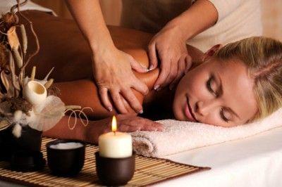 Massagem terapêutica cervical  Massagem terapêutica é um termo geral para indicar uma massagem terapêutica, geralmente é feito na coluna cervical ou lombar.  A terapia de massagem é um dos tratamentos mais antigos e mais eficazes que causam efeitos diferentes, e que:      Melhora a circulação sanguínea e linfática;     Relaxa espasmos musculares ;     Elimina aderências entre os músculos superficiais e músculos profundos.