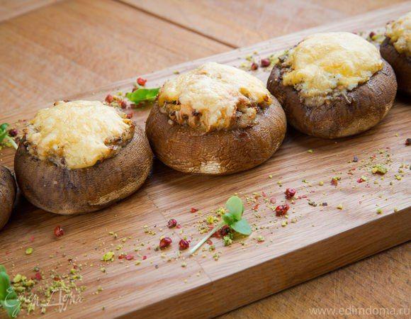 Запеченные шампиньоны по-итальянски  Аппетитные грибы с начинкой под сырной корочкой отлично дополнят ваш обеденный стол. Легкая в приготовлении, сытная закуска сочетает в себе нежную текстуру и насыщенный вкус. Попробуйте! #готовимдома #едимдома #кулинария #домашняяеда #шампиньоны #грибы #запеченные #поитальянски #начинка #сырнаяшапочка