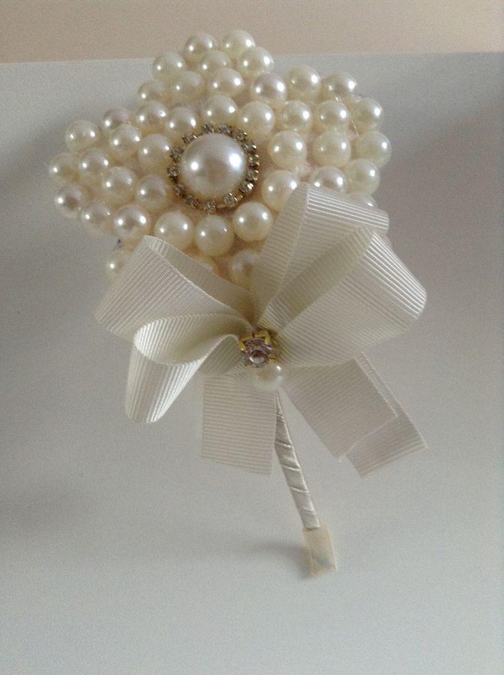 Tiara em metal leve e confortável(não machuca) com linda flor em pérolas,uma jóia!!