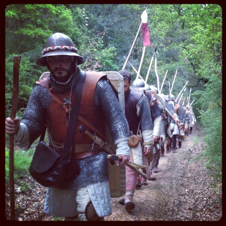"""Marcia in armi 2014  L'esercito fiorentino  Un gruppo di rievocatori vestiti e armati come da regolamento fiorentino del 1260 ripercorre due tappe della marcia che portò l'esercito allo scontro coi senesi nella battaglia di """"Santa Petronilla"""""""