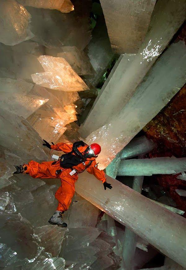 Cave of Crystals, Naica Mine Mexico. The enormous crystals in this cave are about 500,000 yrs old - Cueva de cristales de Cuarzo, mina de Naica en Chihuahua Mexico. Los enormes cristales en esta mina tienen alrededor de 500,000 años.