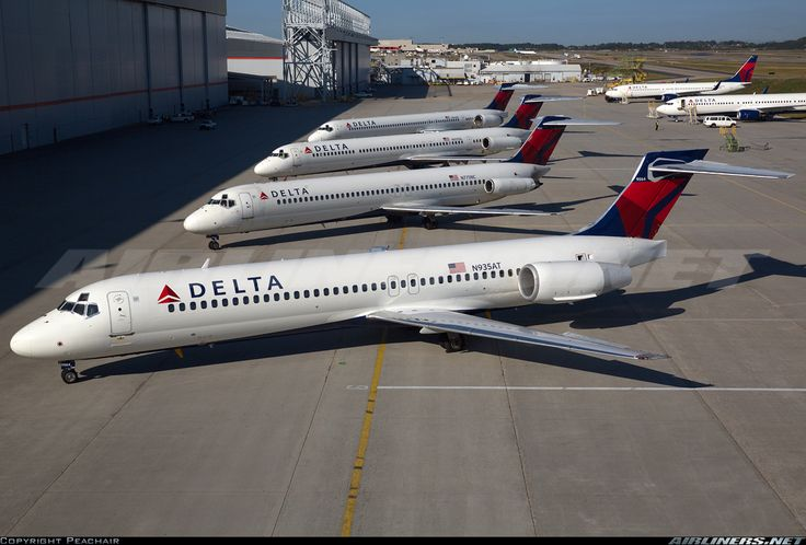 A 717 leading the line up of 4 Delta McDonnell Douglas types in the fleet at the same time.