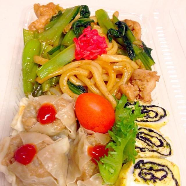 週末買い物に行けてなくて冷蔵庫が空き空き〜 こんな空いてる冷蔵庫見るの久しぶりでなんか嬉しい  小松菜と鳥モモ肉があるぞ。ということで今日は『あるもので弁当』!  週明けだね〜 雨だね〜 がんばれーいってらっしゃい◎ - 49件のもぐもぐ - 小松菜たっぷり焼うどん弁当•*¨*•.¸¸♬ by mihokof119