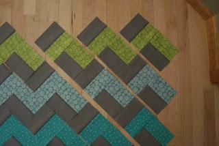 No-Triangles method for zig-zag quilt, OH MAN! Who's gonna have a chevron quilt on her bed before we know it?! THIS GIRL