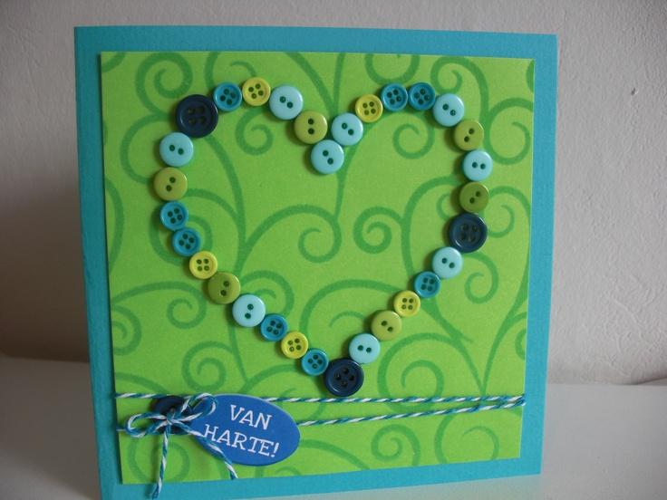 Verjaardagskaart met groen-blauw hart van knopen.