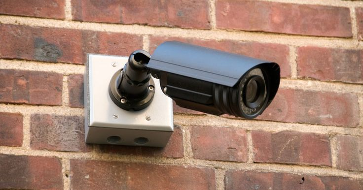 Como saber se um detector de fumaça é uma câmera escondida. A vigilância em vídeo é difundida e invade virtualmente todos os aspectos da vida pública e até da privada. Os governos municipais instalam e mantêm câmeras de vigilância em locais públicos, tais como estações de metrô. As corporações escondem câmeras nos locais de trabalho para monitorar seus empregados. A internet também é cheia de sites que ...