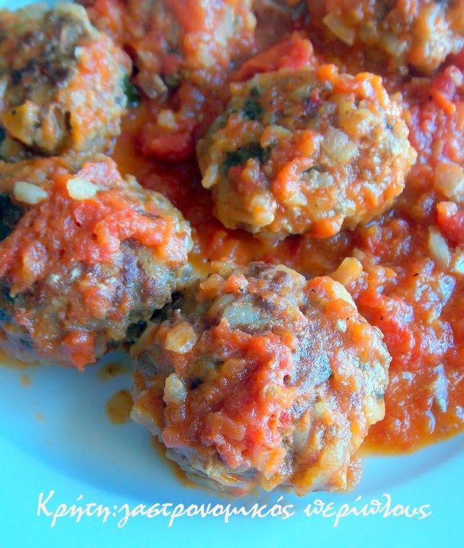 Τα κόκκινα! Τα καλοκαιρινά!   Με το που μπαίνει το καλοκαίρι τα γιουβαρλάκια στο σπίτι μας δεν γίνονται πια σούπα. Απ' όσο θυμάμαι τον εαυτό μου τα μαγειρεύαμε με ντομάτα. Τι θα ήταν άραγε το καλοκαίρι χωρίς ντομάτες!   Θα μου πείτε ντομάτες βρίσκουμε πια και το χειμώνα. …