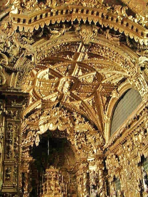 Interior da Igreja de Santa Clara, banhado com Talha Dourada. www.webook.pt #webookporto #porto #igreja