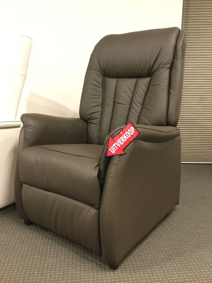 Sta-op-hulp fauteuil in leder, elektrische verstelling van rug- en voetsteun (1 motor), maat medium.