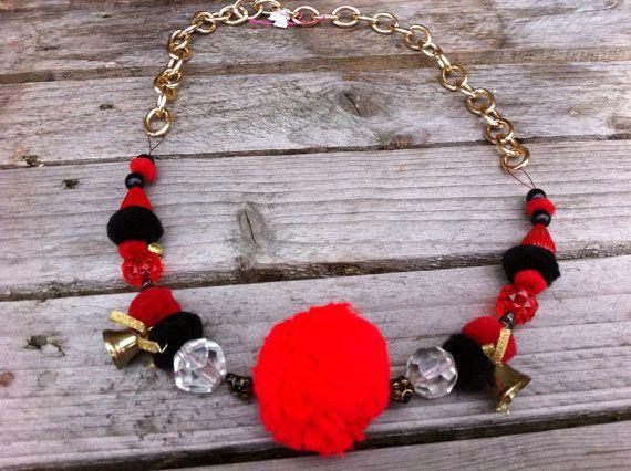 Zelf gemaakte rood/oranje/zwarte ketting met gouden schakels op Etsy, 25,00€