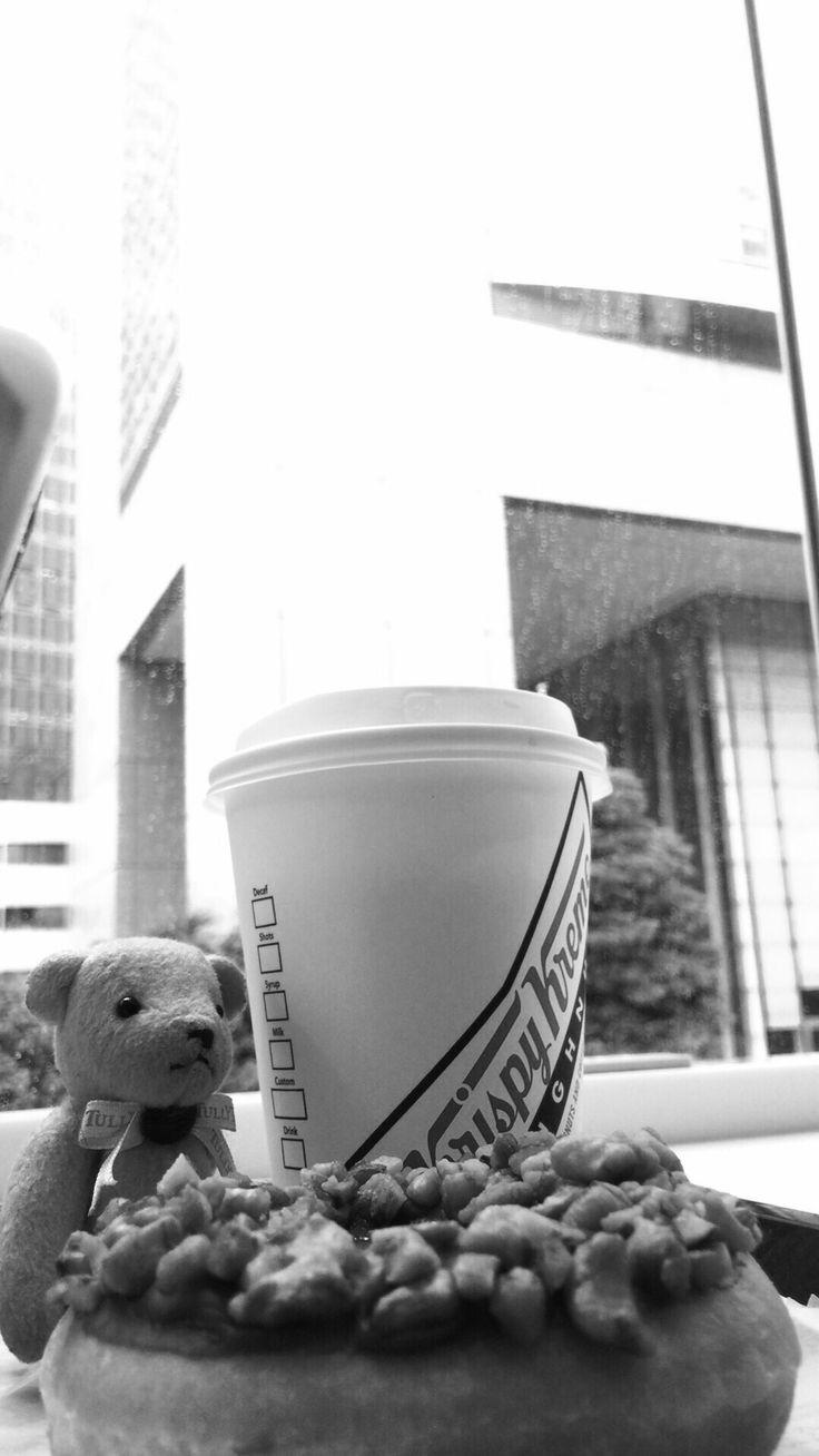 おそようございます☕️ ⌘キャラメルダブルナッツ ⌘クリスピークリームドーナツ 今日は用事で新宿。 予定まで少し時間あるけど飲食店オープン前の微妙な時間。で、クリクリでコーヒータイム。 雨だし空は重いし憂鬱…  #写真 #コーヒー #クマ #カフェ #お菓子 #スイーツ