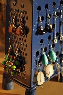 Una vecchia grattugia riciclata in porta orecchini • Old grater recycled into earings holder