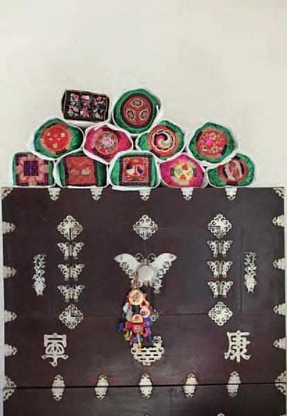 베갯모     A pillow end   : embroidered pads attached to both sides of a pillow for decoration