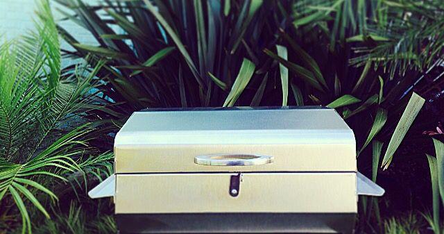 A Churrasqueira Barbecue em aço inox com Grill elétrico, além de prática e com um estilo único oferece três formas de uso: carvão, grelha e com o Grill elétrico de pedra. Dica: a tampa pode ser usada como abafador durante o cozimento dando mais sabor  Os espetos, grelhas, garfo e o Grill elétrico acompanham esta versão. Compre pela loja on-line: www.fergus.com.br ou para informações vendas@fergus.com.br #fergus #fergusvc #churrasqueira #grill #eletrico