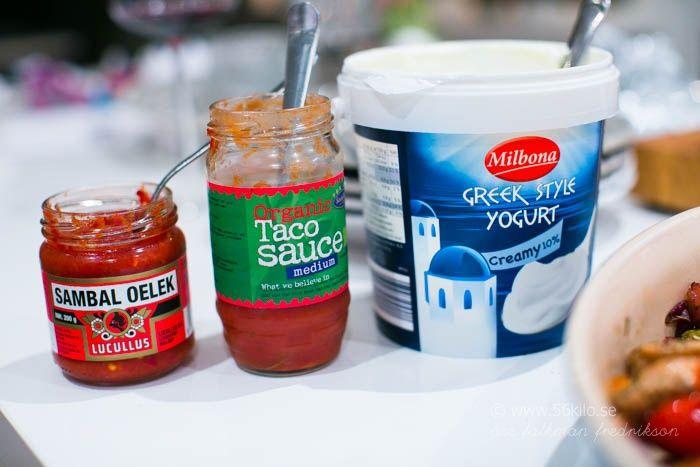Jag blandade grekisk yoghurt med sambal oelek och hade som sås men resten av familjen tog grekisk yoghurt och toppade med tacosauce :)